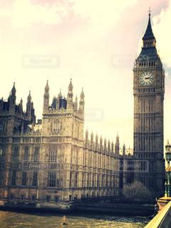 ロンドンの街にそびえる大きな時計塔の写真・画像素材[942704]