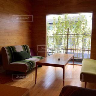 リビング ルームの家具と大きな窓の写真・画像素材[942624]