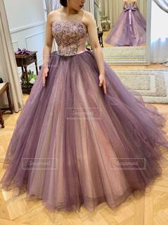 紫色のドレスを着ている女性の写真・画像素材[1193534]