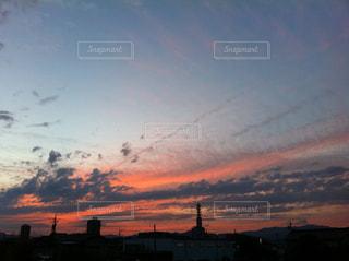 おぼろ雲と夕焼けの写真・画像素材[942232]