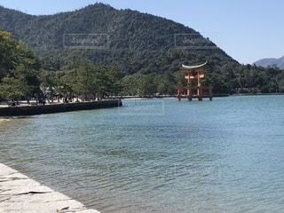 背景の山と水体の写真・画像素材[1065501]