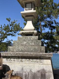 建物の前に大きな石の像 - No.1065502