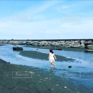 海に向かって走る女の子の写真・画像素材[942313]