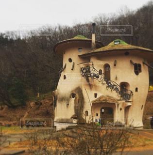 近くに古い建物のアップの写真・画像素材[942362]