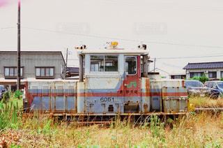 電車は草の上に駐車します。の写真・画像素材[959826]