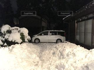 雪に覆われた車の写真・画像素材[960609]
