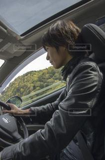 車を運転する人の写真・画像素材[961627]