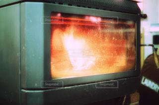 近くにオーブンのアップの写真・画像素材[988409]