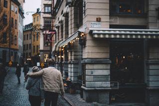 街の通りを歩いている老夫婦の写真・画像素材[942330]
