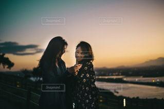 日没の前に立っている人の写真・画像素材[942332]