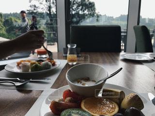 テーブルの上に食べ物のプレートの写真・画像素材[942333]