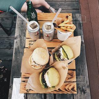 木製のテーブルの上に食べ物の写真・画像素材[942335]