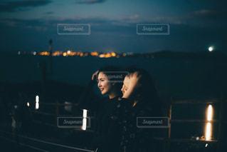 暗闇の中で立っている人の写真・画像素材[942339]