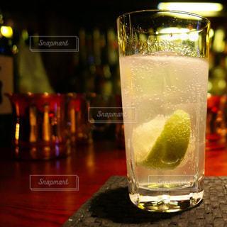 近くのテーブルの上のガラスのコップで飲み物をの写真・画像素材[942516]