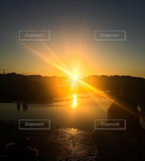 午前7時の初日の出の写真・画像素材[944842]