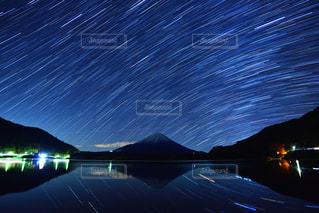 精進湖の夜空の写真・画像素材[942931]