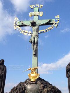 プラハ チェコのカレル橋にあるキリスト像の写真・画像素材[942837]