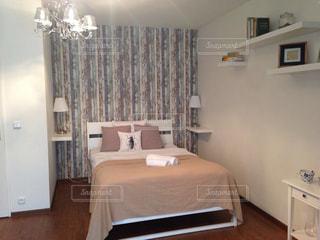 ベッドと小さな部屋で机付きのベッドルームの写真・画像素材[942840]