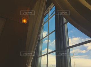 大きな窓の景色の写真・画像素材[943113]