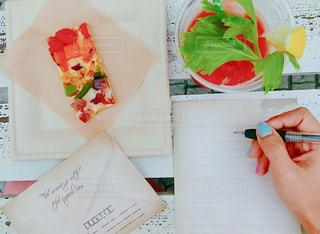 テーブルの上で手紙を書くの写真・画像素材[943697]