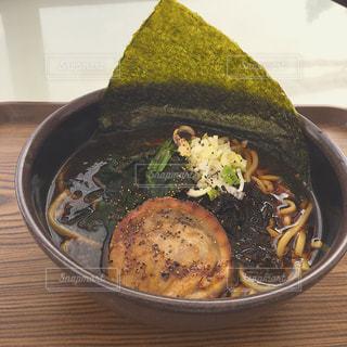 テーブルの上に食べ物のボウルの写真・画像素材[1020362]
