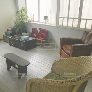 リビング ルームの家具とウィンドウでいっぱいの写真・画像素材[1020365]