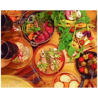 テーブルの上に食べ物の多くの異なる種類の写真・画像素材[1020376]