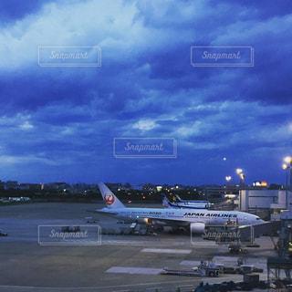 空港で駐機場の上に座っている大型旅客機の写真・画像素材[1714989]