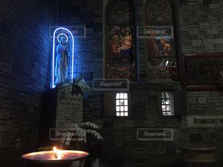 ネオンのマリア像の写真・画像素材[1715665]