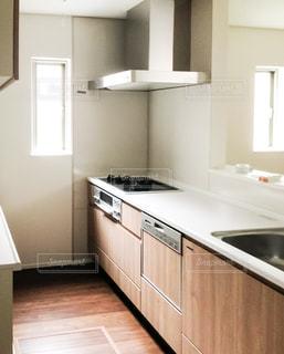 シンクとコンロ付きのキッチンの写真・画像素材[945885]