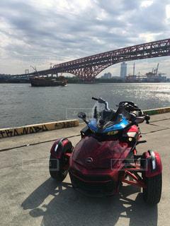 橋の前に停まっているバイクの写真・画像素材[943318]