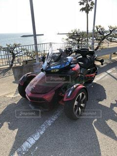 バイクは、道の脇に駐車の写真・画像素材[1042710]