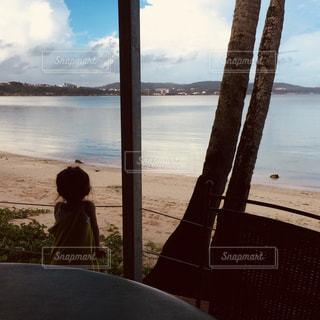 海を眺める子どもの写真・画像素材[947932]