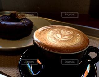 テーブルの上のコーヒーとドーナツ - No.943536