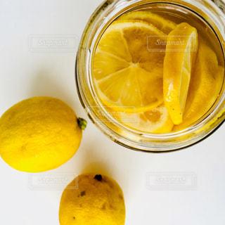 レモンシロップとレモンの写真・画像素材[993559]