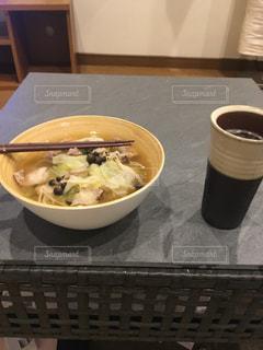 テーブルの上に食べ物のボウルの写真・画像素材[947682]