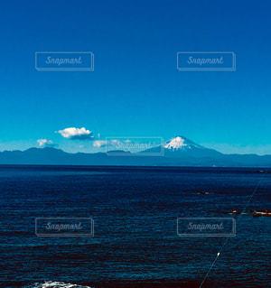 背景の山と水の大きな体 - No.943977