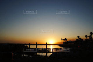 桟橋にかかる夕日の写真・画像素材[2741815]