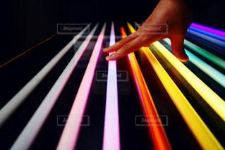 レインボーの蛍光灯の写真・画像素材[2907518]