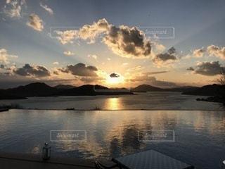 冬の瀬戸内海の夕陽の写真・画像素材[958505]