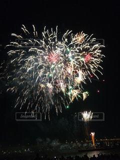川沿いの花火大会の写真・画像素材[2285162]