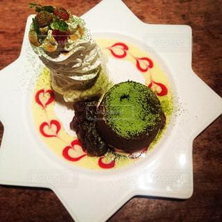 テーブルの上に食べ物のプレート - No.961202