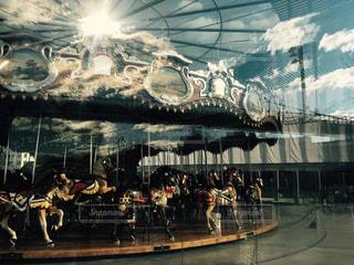 建物の前にステージ上の人のグループの写真・画像素材[944695]