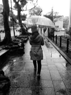 人が傘を持って雨の中を歩いての写真・画像素材[972601]