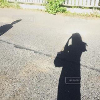 散歩するカップルの影の写真・画像素材[944843]