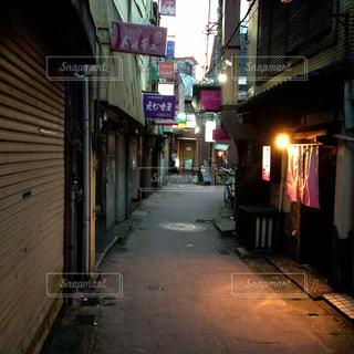 狭い街の通りの写真・画像素材[944905]