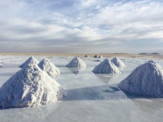 ウユニ塩湖  塩の山の鏡張りの写真・画像素材[944973]