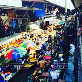 タイ  カラフルな船上マーケットの写真・画像素材[945114]
