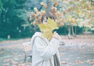 花を持っている人の写真・画像素材[949044]