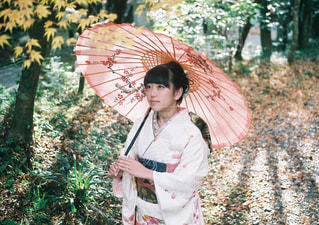 ピンクの傘を持った女性 - No.949046